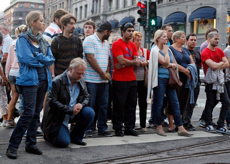 Noren rouwen op de plek in Oslo waar Anders Brevik een bomaanslag pleegde. Beeld REUTERS