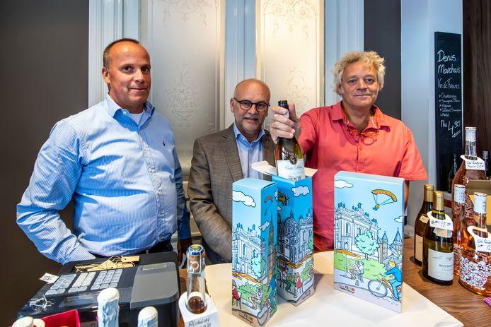 Alle toerististische trekpleisters op een doosje bijeen. V.l.n.r. Herman Nouwens, wethouder Jan Mollen en Arie Onnink.