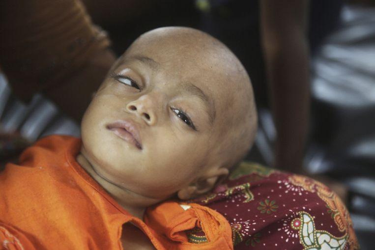 Sahida, een jong Rohingya-kind rust in de armen van haar moeder in het vluchtelingenkamp.