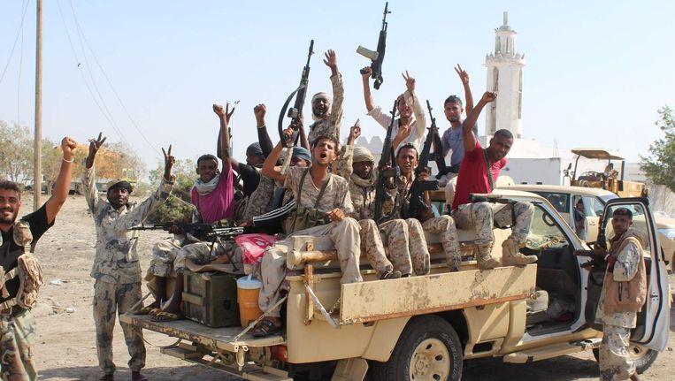 Regeringstroepen poseren voor een foto op weg naar het front Al Qaeda in de provincie Aden, ten zuidwesten van Al Mukalla. Beeld afp