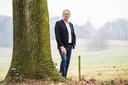 Mark Bosch bij een monumentale boom bij Park Klarenbeek.