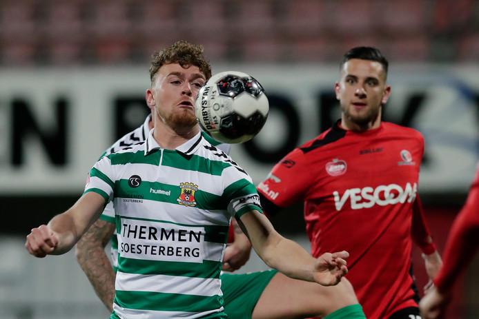 Julius Bliek namens Go Ahead Eagles in duel met Dylan de Braal van Helmond Sport