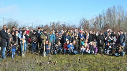 150 enthousiastelingen planten 50 nieuwe bomen voor het geboortebos