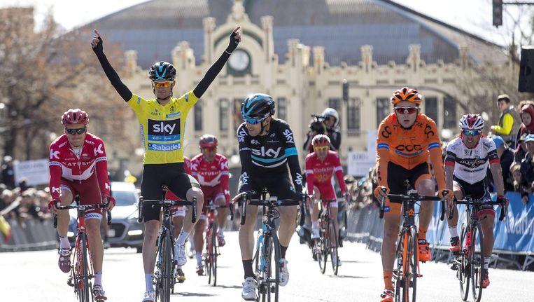 Wouter Poels - in gele trui - viert zijn eindzege bij de finish van de eindetappe van de Ronde van Valencia. Beeld epa