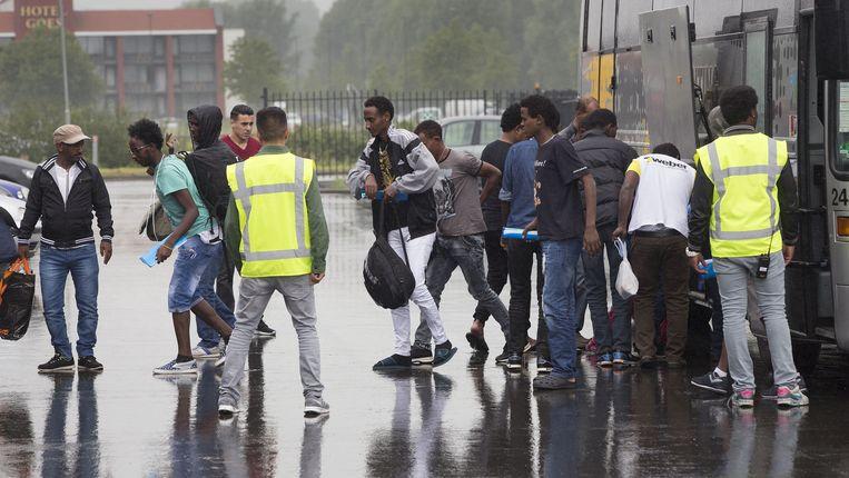 Een groep asielzoekers komt in juli met een bus aan bij de Zeelandhallen. De hallen zijn in gereedheid gebracht voor de opvang van vluchtelingen door van het Centraal Orgaan opvang asielzoekers (COA). Beeld anp