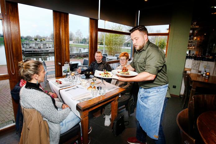De gasten in Griftpark1 laten zich de gerechten goed smaken.