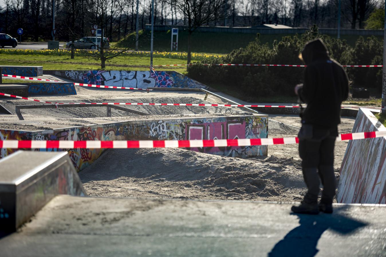 De gesloten skatebaan in de Leesten-Oost, Zutphen, is voorzien van een laag zand, zodat er ook echt niet meer geskate kan worden.