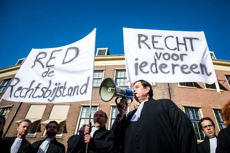 Advocaten in actie tegen de bezuinigingen op het stelsel van gefinancierde rechtsbijstand. Beeld ANP
