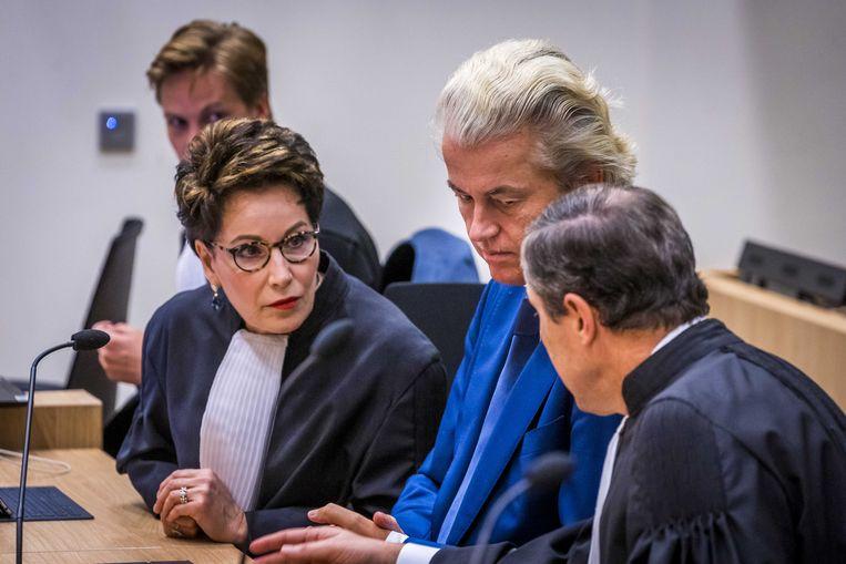 Wilders tussen zijn advocaten Carrie Knoops-Hamburger en Geert-Jan Knoops. Beeld ANP