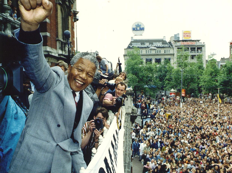 Nelson Mandela, de Zuid-Afrikaanse politicus en strijder tegen de Apartheid, tijdens zijn eerste bezoek aan Nederland, een paar maanden na zijn vrijlating van Robbeneiland.   Beeld ANP