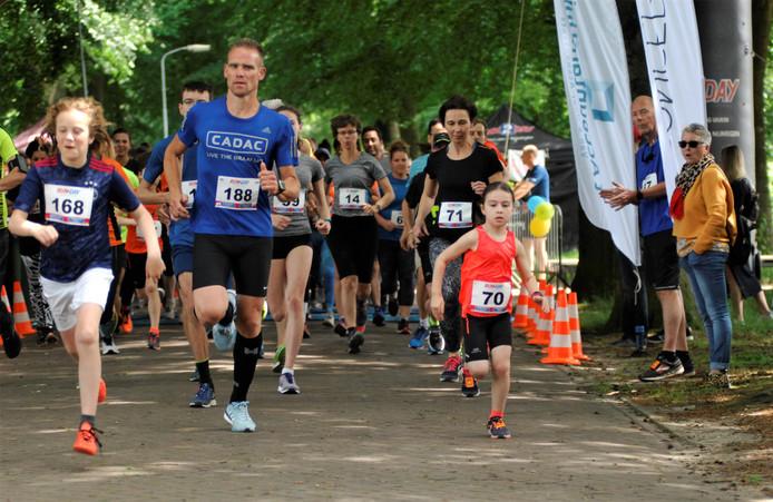 Hardlooptalent Celine Struijvé bij de start van de Wodan Run.