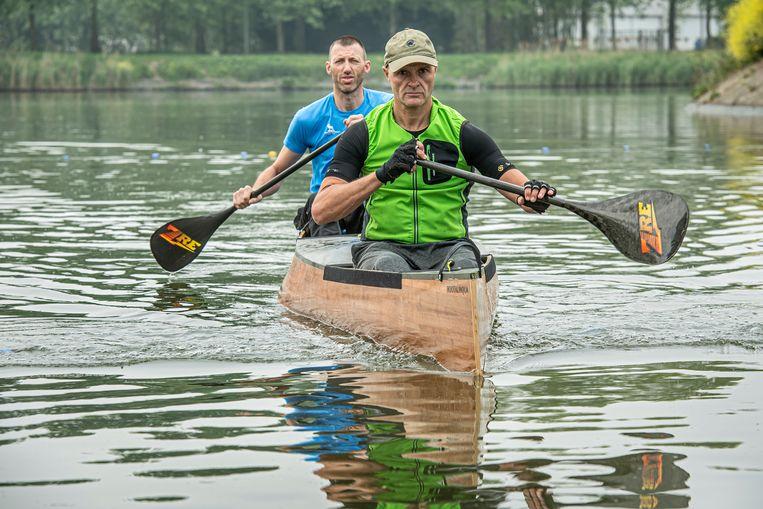 Tijdens hun tocht door Nederland zullen Danny Veys en Francis Soenen zeven dagen na elkaar tien tot twaalf uur in hun kano spenderen.