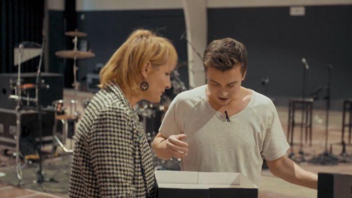 Sofie Dumont verrast Niels Destadsbader met confituurtaart