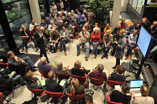 Doelum was goed gevuld voor de bijeenkomst over het zonnepanelenveld op landgoed Quadenoord.