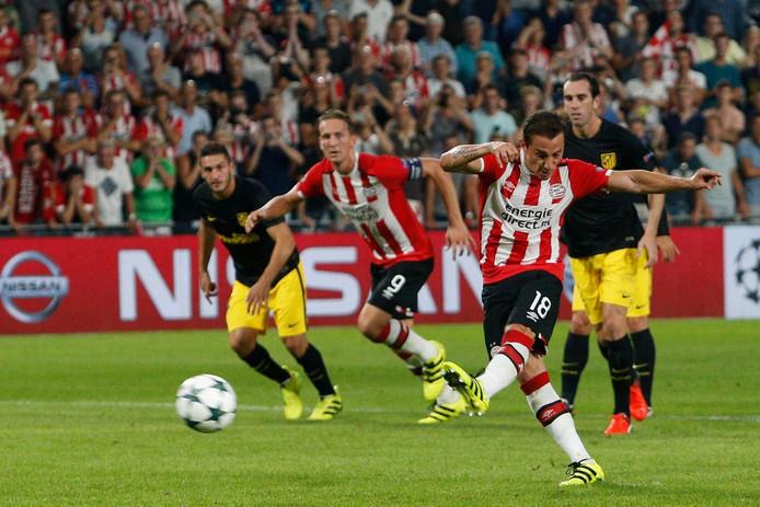 Andrés Guardado mist een strafschop tegen Atlético Madrid.