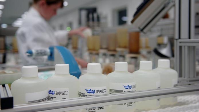 Analisten zijn aan het werk bij het drinkwaterlaboratorium in Leeuwarden.