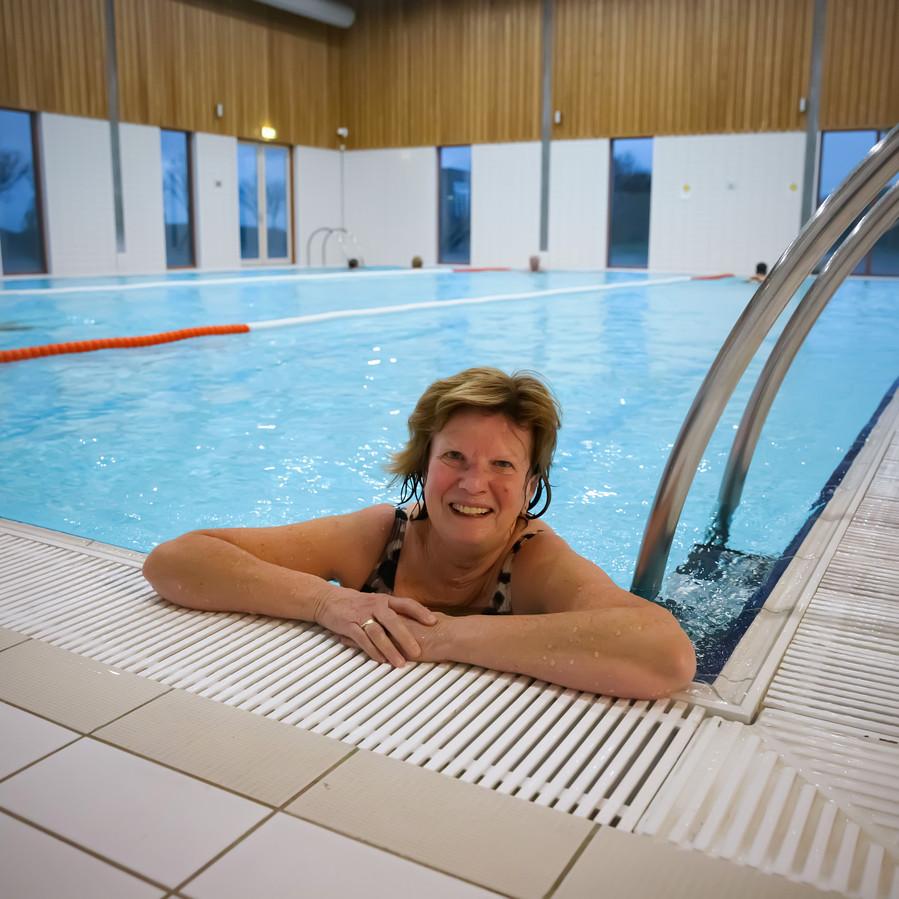De zwembaden mogen weer open. Mevrouw van Dam is blij, ze lag direct om 8.00 uur 's ochtends in het bad van SGZ in Zevenbergen.