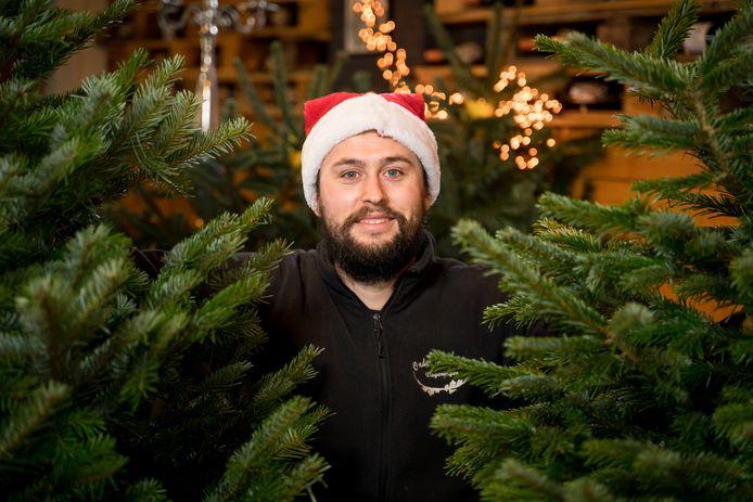 Rik van der Laan tussen de kerstbomen.