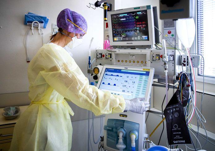 Archiefbeeld: Een zorgmedewerkster op de intensive care (IC) van het HMC Westeinde ziekenhuis