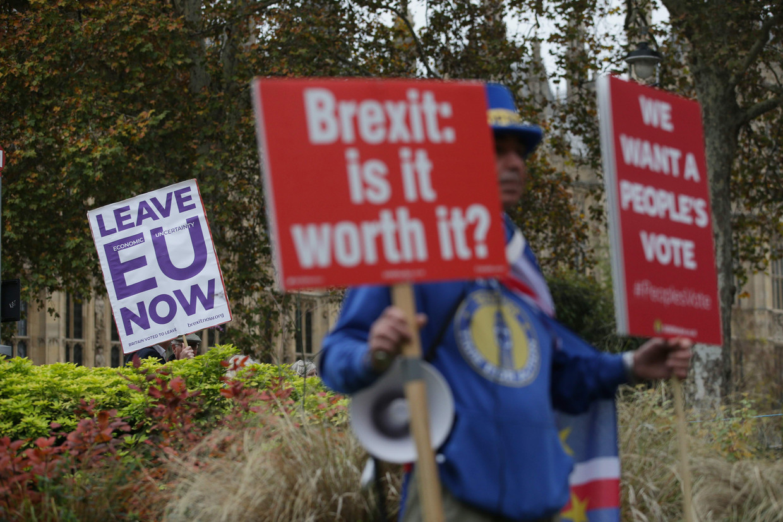 In het verdeelde Groot-Brittannië is een opstand uitgebroken tegen de Brexitdeal met de Europese Unie.