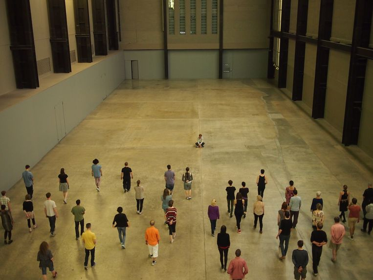 Tino Sehgal in Tate Modern in Londen. Beeld Chris Cannam