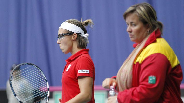 Ann Devries en Kirsten Flipkens (links) druipen af na de nederlaag tegen Kroatië.