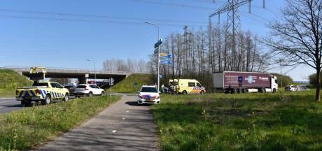 Fietsster belandt in ziekenhuis na aanrijding met vrachtwagen in Almelo