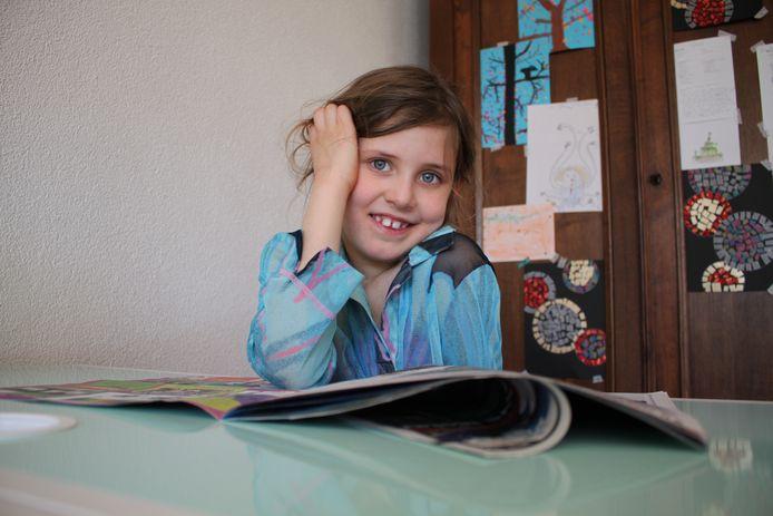 Brechje (7) kan niet naar school, niet naar haar sportclubs, niet naar vriendinnetjes en niet naar opa en oma. Maar ze blijft opgewekt en werkt gewoon hard door voor school.