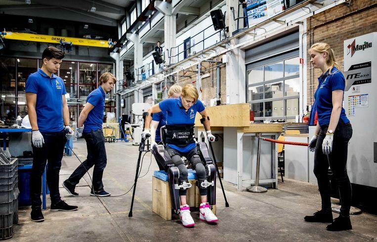 Sjaan Quirijns oefent in het nieuwe exoskelet van het Delftse studententeam Project March. Beeld ANP