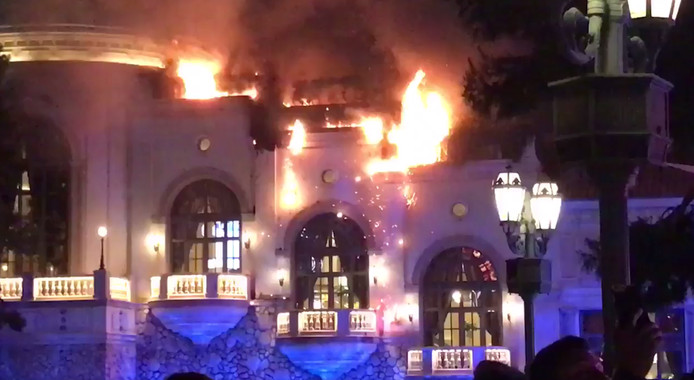 Vlammen slaan uit dak wereldberoemd bellagio hotel in las for 453 bellagio terrace