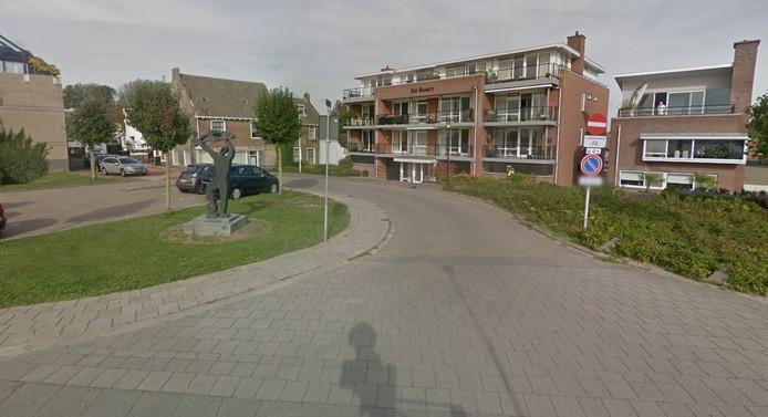 Bewoners van De Buurt in Hardinxveld-Giessendam hebben wethouder Trudy Baggerman een petitie aangeboden tegen de bouwplannen tussen De Buurt en de Rivierdijk.