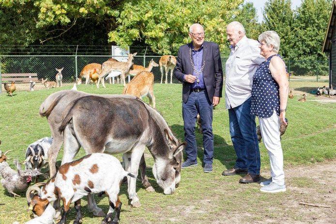 Eef van Ooijen (links) als loco-burgemeester.