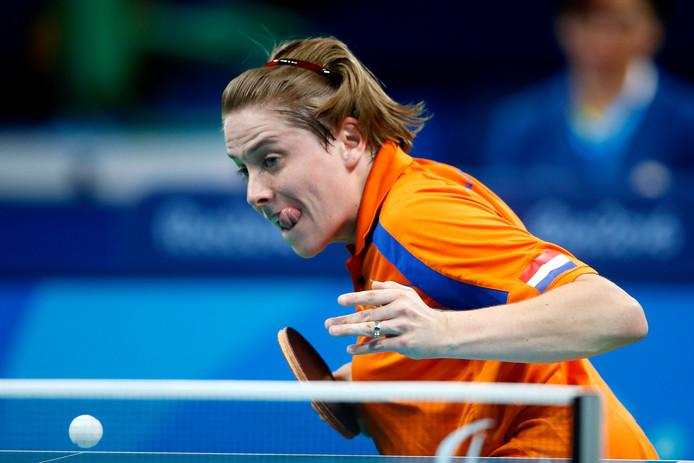 Kelly van Zon in actie op de finale tafeltennis tijdens de Paralympische Spelen.
