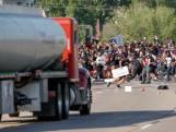 Un camion force le passage parmi les manifestants à Minneapolis