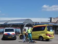 Auto wil afslaan en rijdt fietsster aan die rechtdoor rijdt: licht gewond