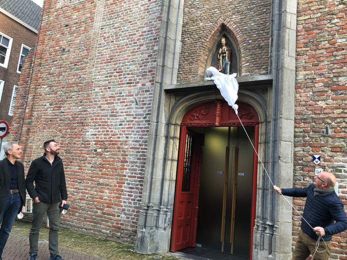 Het nieuwe beeld van Sint Barbara  is onthuld door dominee Bert Renkema van de christelijk gereformeerde kerk. Helemaal links staat beeldhouwer Lein Kaland uit Westkapelle, naast hem meesterschilder Barre Verkerke uit 's Heer Arendskerke.