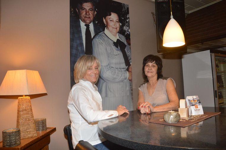 Maggy (links) en Bea bij de foto van hun ouders die nu ophangt in café 't Muisken.
