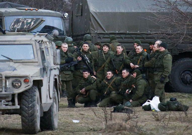'Russische militairen' poseren bij een Oekraïense militaire basis. Beeld reuters