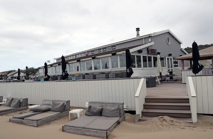 De strandtent blijft voorlopig dicht.