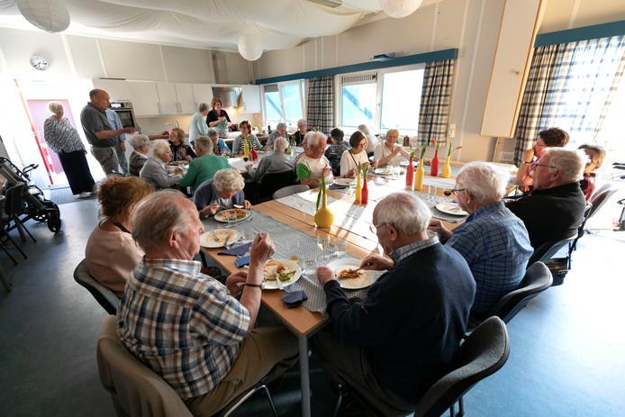 Alleenstaande senioren eten en kletsen in het HOi-Huis in Son.