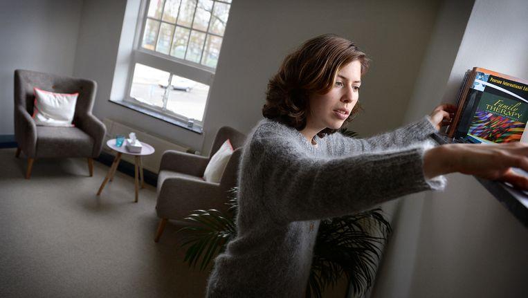 Psycholoog en psychotherapeut Masja Schakenbos in haar praktijk in Amsterdam. Beeld null