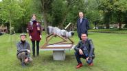 Vredesbeeld van Nieuwmoerse beeldhouwer krijgt vaste stek aan winkelcentrum De Beek