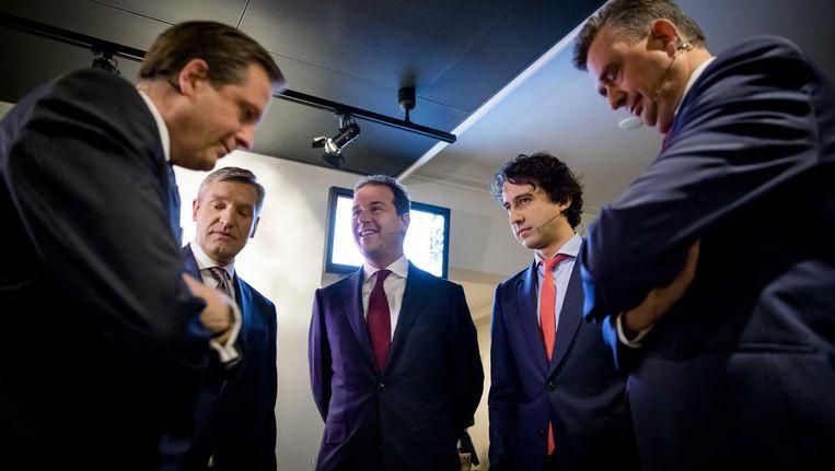 De lijsttrekkers Alexander Pechtold (D66), Sybrand Buma (CDA), Lodewijk Asscher (Pvda), Jesse Klaver (Groenlinks) en Emile Roemer (SP) voor aanvang van het eerste televisiedebat in aanloop naar de Tweede Kamerverkiezingen. Beeld anp
