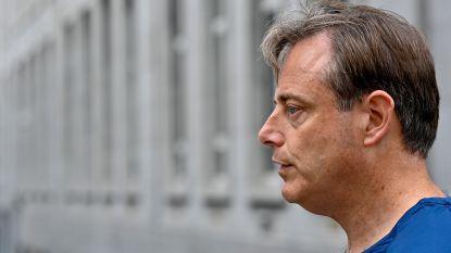 """Bart De Wever in boxershort bedwingt nachtelijke indringer met luchtkarabijn: """"Op uw knieën en gezicht tegen de grond!"""""""