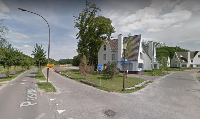 De Postweg met rechts de woningen aan de Louise de Colignylaan. In het midden de strook waar de 32 woningen moeten komen.