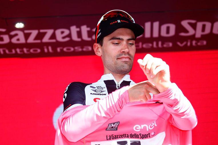 Tom Dumoulin mag opnieuw de leiderstrui aantrekken in de Giro ondanks tijdverlies in de etappe. Beeld afp