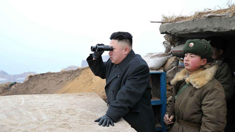 Kim Jong-un kijkt door een verrekijker naar Zuid-Korea vanuit een observatiepunt aan de grens. Beeld ap