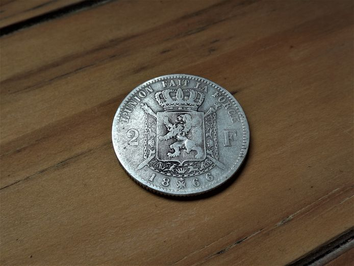 Een muntstuk van twee Belgische frank.
