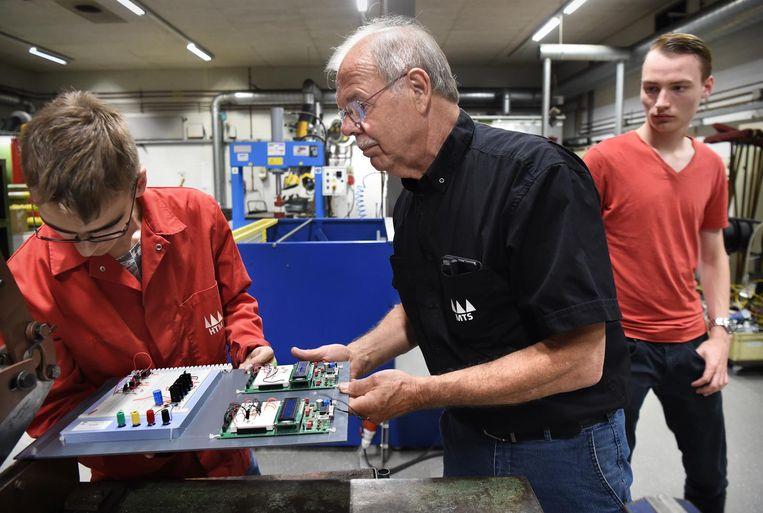 Leerlingen op een mbo krijgen techniekles Beeld Marcel van den Bergh / de Volkskrant