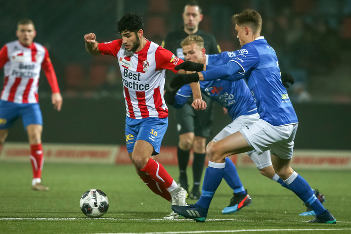 TOP Oss-speler Dogan wordt belaagd door Brouwers en Vaisanen van FC Den Bosch.